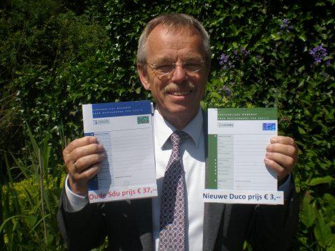 Duco Douwstra toont zijn taxiwerkmap