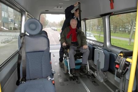 rolstoeltaxi, taxichauffeur, passagier, klant, taxi