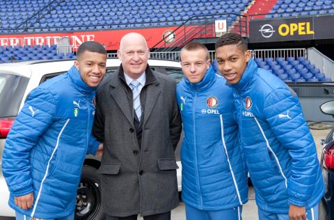 Directeur Operations BIOS-groep Aad Romijn, met middenvelder Tony Vilhena (ter linkerzijde), verdedigend middenvelder Jordy Clasie en vleugelaanvaller Jean-Paul Boëtius (meest rechts), BIOS-Groep, Feyenoord, Opel