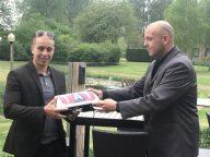 Chauffeur Yassir Aknin en bestuurslid Jarno Lagerwaard