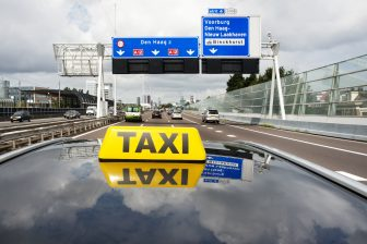Daklicht taxi, snelweg. Foto: 36clicks | iStock