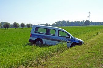 Taxi in sloot. Foto: GinoPress