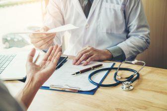 Arts, dokter, ziekenhuis. Foto: iStock / Sarinyapinggam
