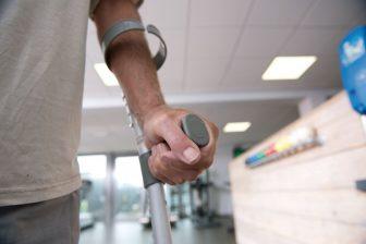 Krukken, patiënt. Foto: Zilveren Kruis