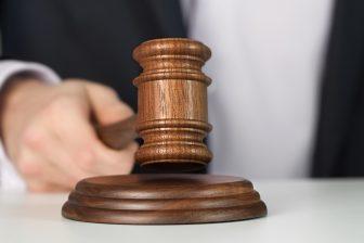 Rechter, rechtbank. Foto: iStock / Alexstar