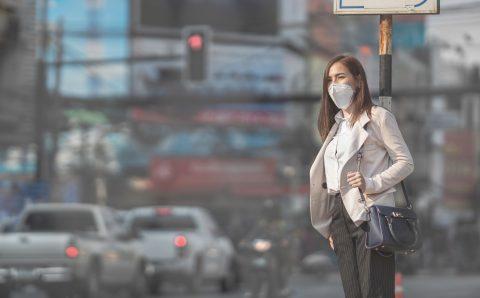 Vrouw met mondkapje. Foto: iStock / torwai