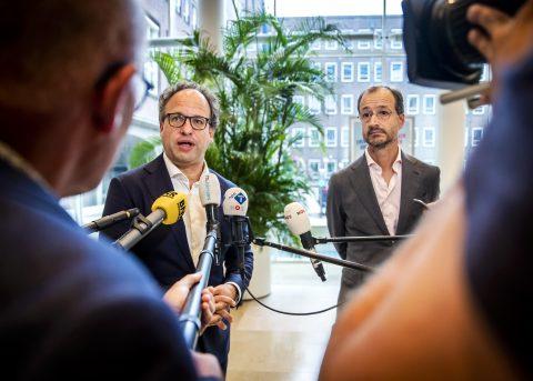 Minister Wouter Koolmees en minister Eric Wiebes maken bij de bekendmaking van het steunpakket, foto: ANP