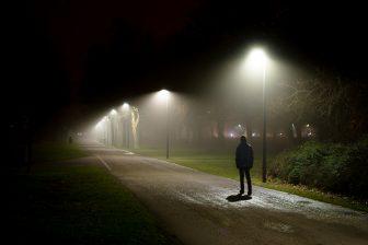 Wandelaar in de nacht. Foto: iStock / grafxart8888